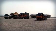 Ciężarówki na pustynnym parkingu w Jandaq
