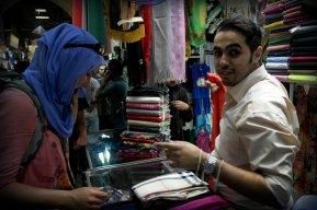 Wybranie odpowiedniej chusty na bazaarze w Teheranie to wcale nie taka prosta sprawa