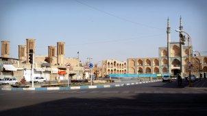 Wieże wiatrowe i meczet w Yazd, środkowy Iran