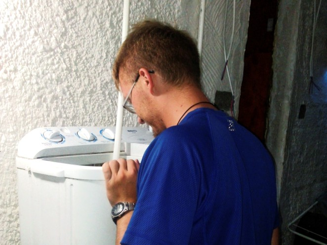 Po długiej podróży nic nie jest tak absorbujące, jak gapienie się na pranie!
