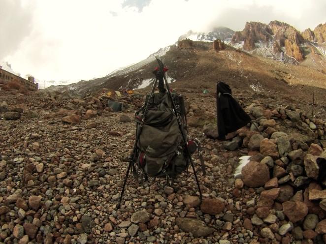 Jako suszarki można użyć kijków trekkingowych - tutaj po gradowej burzy na Kazbeku