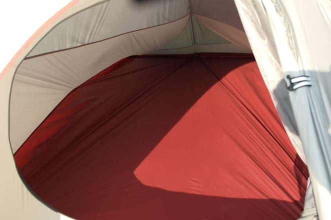 W środku mieszczą się dwie karimaty, zostaje trochę miejsca w nogach i wzdłuż namiotu. W sam raz by rozrzucić